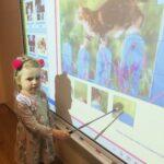 Dziewczynka przy tablicy interaktywnej