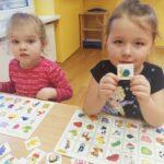 Dziewczynki grają w bystre oczko