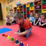 Dzwony i dzwonki chłopiec z grupy Biedronki gra na dzwonkach diatonicznych naciskanych