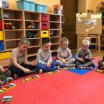 Dzwony i dzwonki dzieci z grupy Biedronki graja gamę C-dur na dzwonkach diatonicznych
