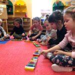 Dzwony i dzwonki dzieci z grupy Biedronki grają na dzwonkach diatonicznych