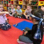 Dzwony i dzwonki dzieci z grupy Biedronki odgadują brzmienia instrumentów