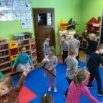 Dzwony i dzwonki dzieci z grupy Motylki bawią się przy dźwiękach chimesów