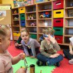 Dzwony i dzwonki dzieci z grupy Pszczóki odgadują dźwięki instrumentów