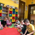 Dzwony i dzwonki dzieci z grupy Pszczółki grają gamę C-dur na dzwonkach diatonicznych