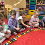 Dzwony i dzwonki dzieci z grupy Pszczółki grają na dzwonkach diatonicznych