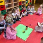 Dzwony i dzwonki dzieci z grupy Pszczółki odgadują brzmienia różnych instrumentów