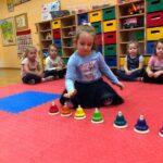 Dzwony i dzwonki dziewczynka z grupy Biedronki gra na dzwonkach diatonicznych naciskanych