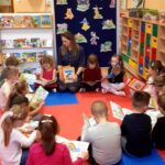 Grupa Biedronki oglądają książeczki