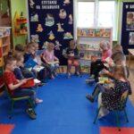 Grupa Motylki oglądają książeczki