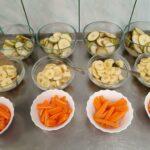 Gruszki, banany i marchewka w miskach na deser