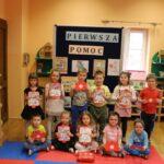 dzieci przy tablicy z apteczkami
