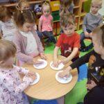 Przedszkolaki eksperymentują jak powstaje kolorowa sól