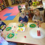 Przedszkolaki wyklejają liczbę 10 z masy solnej (2)