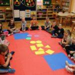 Przedszkolaki z figurami geometrycznymi