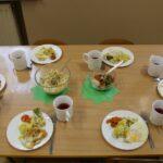 Przygotowany obiad na stoliku