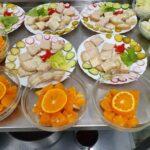 Śniadanie na telarzach oraz pomarańcze w miskach