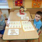 Zabawy matematyczne przedszkolaków przy stoliku