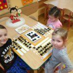 Zabawy matematyczne przedszkolaków przy stoliku (