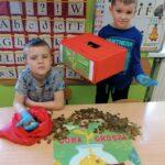 chłopcy liczą pieniądze