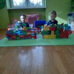 chłopcy tworzą budowle