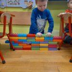 chłopiec buduje garaż