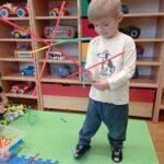 chłopiec zbudował z klocków drzewo