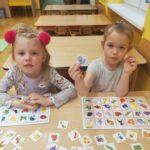dzieci grają w bystre oczko
