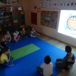 dzieci oglądają film