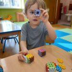 dzieci układają z klocków kwadraty