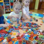 dzieci układają z klocków wieżę