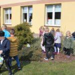 dzieci z grupy Mrówek poszukują koszyczków