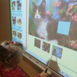 dziewczynka rozwiązuje zadanie z wykorzystaniem tablicy interaktywnej