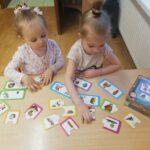 dziewczynki grają w grę