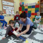 nauczycielka opatruje nogę