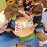 nauczycielka wodzi palcem dziecka