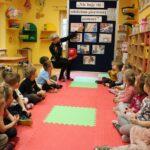 nauczycielka wskazuje ilustracje