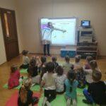 obserwacja dzieci tablicy interaktywnej