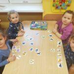 przedszkolaki grają w grę zwierzątka do pary