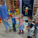 1. dzieci maszeruja po sali - ćwczenia sowa