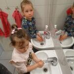 dziewczynki myją ręce w łazience