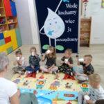 dzieci piją wodę - woda jako ciecz
