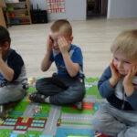 4. dzieci siedzą na dywanie masują skronie - punkty na myślenie