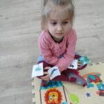 5. dziewczynka wykonuje ruchy naprzemienne
