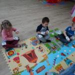 6. dzieci siedzą na dywanie wykonują ruchy naprzemienne