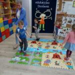 7. dzieci w maszerują wykonują ruchy naprzemienne