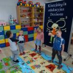 8. dzieci stoja i wykonują leniwa ósemkę