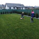 Chłopiec grający z mamą w piłkę