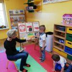 Chłopiec z Panią Gosia przy tablicy