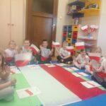 DZieci z flagą POLSKI